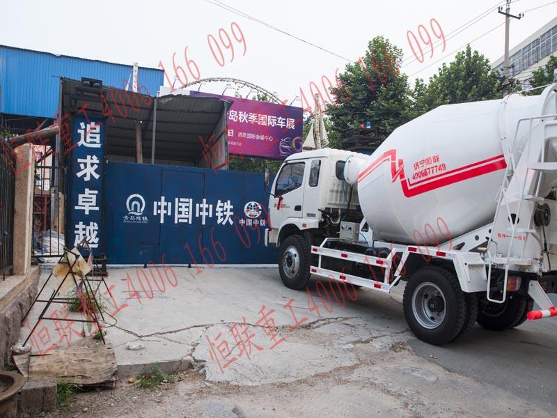 恒联搅拌车在青岛地铁施工现场-水泥搅拌车|2